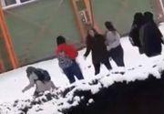 Dorohoi. Elevă snopită în bătaie de două fete. Întreaga scenă a fost filmată