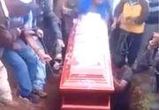 Cutremurător! Scene cumplite la o înmormântare! Trupul neînsufleţit al unei femei a căzut din sicriu