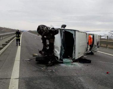 Filmatul in timpul condusului face din nou victime în România! A răsturnat microbuzul...