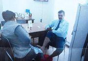 Directorul din Primăria Tg. Jiu care a fost pozat în timp ce femeia de serviciu îl spăla pe picioare a fost detașat... tot ca director