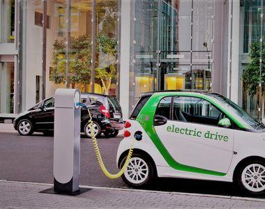 Românii își cumpără tot mai multe mașini electrice! Care sunt avantajele unei astfel de...