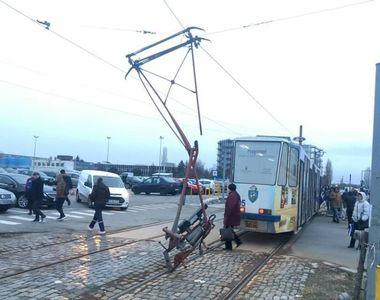 Momente de panica pentru calatorii unui tramvai, in Craiova. Mijlocul de transport pur...