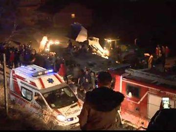 Catastrofă pe autostradă! Un autocar plin cu călători s-a răsturnat: Sunt 13 morți până acum