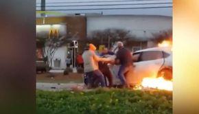 Femeie salvată din flăcări de 4 bărbați. Mașina ardea ca o torță