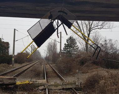 Balustrada unui pod din Ploiești s-a prăbușit peste calea ferată! Circulație feroviară...