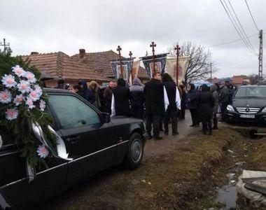 Imagini cutremurătoare de la înmormântarea Giuliei, fetița de 12 ani care a murit după...