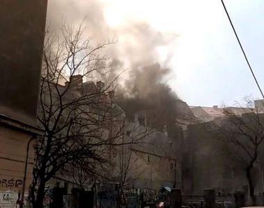 Incendiu puternic la mansarda unui bloc de locuinţe de pe bulevardul Kogălniceanu din...