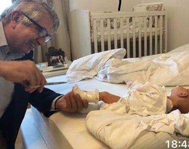 Fostul șef CNAS publică imagini cu Dr Burnei în timp ce pune în gips piciorul unui...