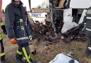 Accident cumplit în Timiș:  Un autocar şi o maşină au intrat în coliziune - O persoană a murit, iar cel puţin cinci persoane au fost rănite