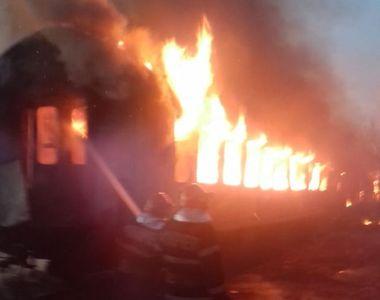 Incendiu puternic în gara Oraviţa, fiind afectate mai multe vagoane de tren dezafectate