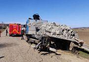 Un camion încărcat cu materiale de construcţii, lovit de tren în Suceava