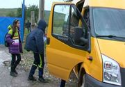 Un elev din Hunedoara a fost dat jos din microbuz pentru că râdea. Șoferul l-a lăsat în drum
