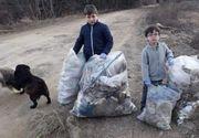 Ce au pățit cei doi frați care au renunțat la o zi de joacă pentru a strânge gunoaiele printre care mergeau în fiecare zi către școală