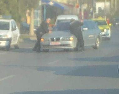 VIDEO | Un șofer din Iași a urcat pe capotă un polițist! Tânărul agent a ajuns de...