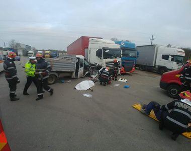 Un mort şi mai mulţi răniţi în urma unui accident rutier care a avut loc în localitatea...