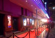 VIDEO | Vedetele s-au intrecut in tinute spectaculoase pe covorul rosu la gala premiilor din industria teatrului britanic