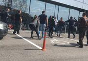VIDEO | Bătaie cu săbii, lopeți și bâte în Balș! Peste 15 bărbați și femei s-au răfuit în parcarea unui magazin! VIDEO EXCLUSIV!
