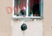 O bătrână din Târgu-Jiu, încuiată în casă de fiica sa! Femeia, vânătă la un ochi, iese pe geam și le spune trecătorilor că îi e foame