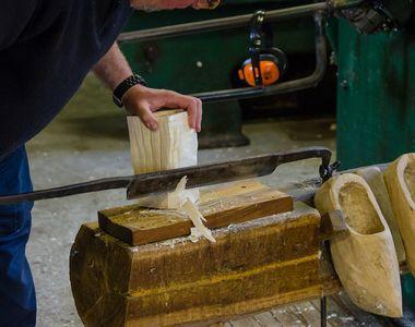 VIDEO | Ei sunt oamenii care transformă lemnul vechi de sute de ani în adevărate opere...