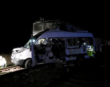 Patru persoane au murit în urma accidentului din judeţul Buzău; alte 13 au fost duse la...