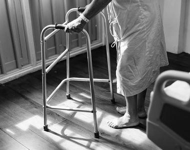 VIDEO | Un pacient din Vaslui cu accident vascular cerebral a fost plimbat in tot...