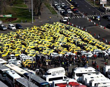 VIDEO | Incidente la protestul din Piaţa Victoriei: Doi taximetrişti au aruncat cu ouă...