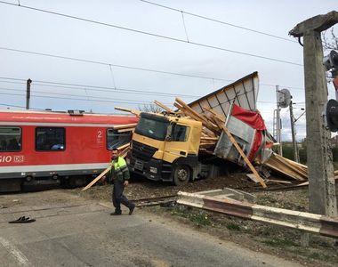 5 răniți după ce un tren a lovit un TIR, în Bistriţa-Năsăud