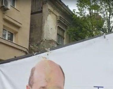 Ilie Năstase, filmat în timp ce stropea cu cafea un afiș pe care era Traian Băsescu