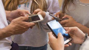 "VIDEO | Dependenta de smartphone. Tinerii risca sa devina ""smombie"""