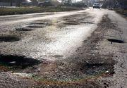 VIDEO   REPORTAJ. Drumurile romanesti, cu cratere ca pe Luna