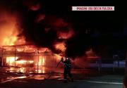 Incendiul izbucnit într-o zonă de depozite din Tulcea, stins după aproape zece ore
