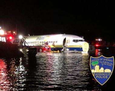 Un Boeing 737 a ratat aterizarea, ajungând în râul St. Johns din Florida. 21 de oameni,...