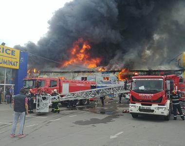 VIDEO. Incendiu la un centru comercial din Afumaţi. Trei persoane, transportate la spital