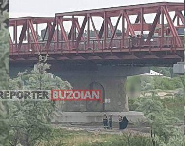 Un tânăr a fost găsit spânzurat la podul de la Mărăcineni