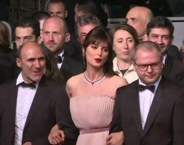 VIDEO | Catrinel Menghia, aparitie de senzatie la Cannes