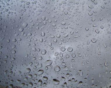 Meteorologii anunţă averse, descărcări electrice şi intensificări ale vântului, până...