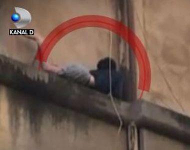 VIDEO | Tanar salvat de pompieri din mijlocul flacarilor