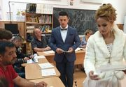 Un mire şi mireasa lui au făcut primul drum ca soţ şi soţie la secţia de votare