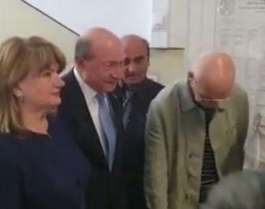 Traian Băsescu a votat, la braț cu soția! Maria Băsescu, îmbrăcată în violet pentru...