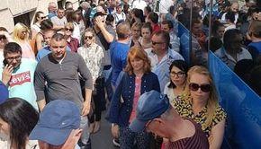"""Mii de români stau la cozi în străinătate pentru a vota, temându-se că unii nu vor reuşi: """"Le cerem rudelor din Romania să voteze pentru noi"""""""