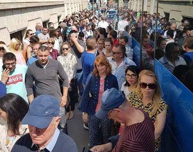 Mii de români stau la cozi în străinătate pentru a vota, temându-se că unii nu vor...