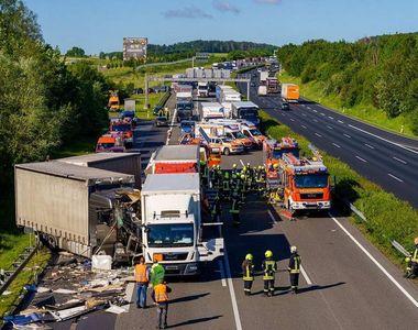 Accident cu 4 camioane. Un bărbat a murit, iar alți doi oameni sunt în stare critică