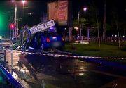 Accident în București. O mașină a ajuns într-un chioșc de ziare, iar alta a pus la pământ mai mulți stâlpi de protecție