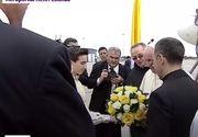 Papa în România 2019. Cine sunt cei doi copii români care l-au întâmpinat pe Papa Francisc cu flori pe aeroportul din Otopeni