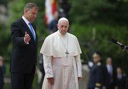 Papa in Romania 2019. Papa Francisc s-a fotografiat cu oamenii care îl aşteptau în curtea Palatului Cotroceni