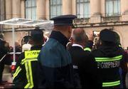 Papa în România 2019. Moment inedit în Piața George Enescu: și pompierii au filmat cu telefonul sosirea Papei Francisc! Primirea călduroasă a bucureștenilor l-au impresionat pe Suveranul Pontif