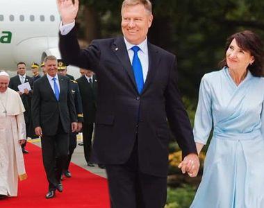 Papa în România 2019! Cine a creat tinutele pe care le-a purtat Carmen Iohannis la...