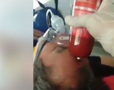 Imagini revoltătoare! Un paramedic SMURD lovește cu un salam în cap un pacient intubat