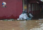 VIDEO   Potop în jumătate de țară. Multi oameni s-au trezit cu apa până la genunchi