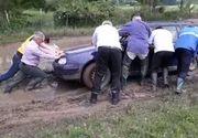 Mașina ministrului Apelor s-a împotmolit în noroi în satul pe care-l vizita